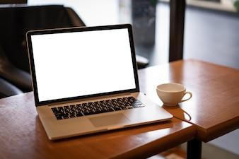 Ordinateur portable avec un écran blanc sur la table. Fond de travail nouveau projet sur ordinateur portable
