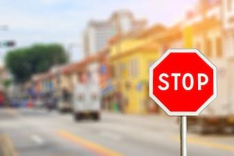 Panneau d'arrêt près de la route de la ville avec effet lumineux