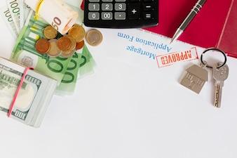 Papiers et argent sur table