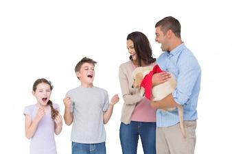 Parents donnant chiot aux enfants