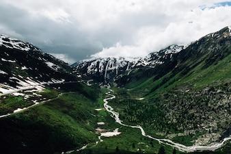 Paysage d'été Alpes en Suisse. Au milieu des montagnes des Alpes suisses