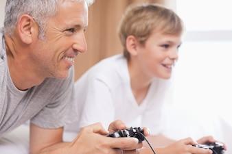 Père et son fils jouant à des jeux vidéo