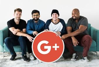 Personnes détenant une icône Google Plus