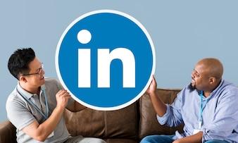 Personnes tenant un logo Linkedin