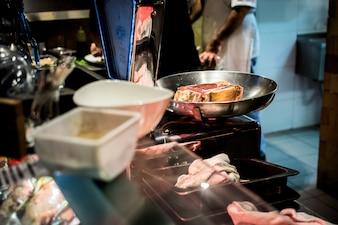 Peser la viande de bœuf dans la boucherie