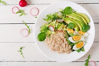 Petit-déjeuner sain. Menu diététique. Gruau d'avoine et salade d'avocat et oeufs.