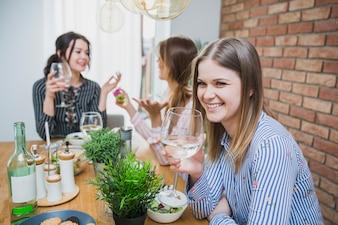 Petites amies discutant et buvant du vin