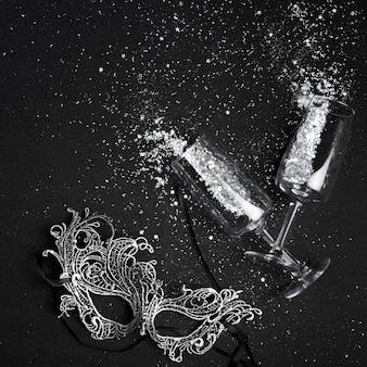 Petites paillettes dispersées dans des verres avec masque