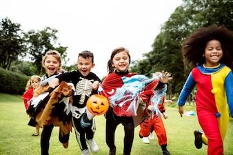 Petits enfants à une fête d'Halloween