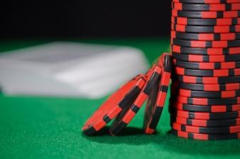 Pile de jetons de poker sur fond vert