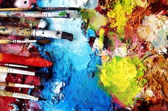 Pinceaux sur un peintre de couleur ful dans blackground.