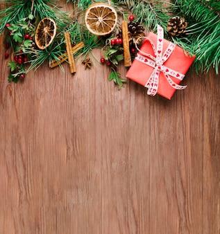 Planche de bois avec branche de Noël