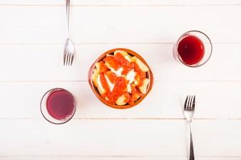 Plat avec des fourchettes et des boissons sur la table