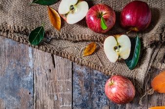Pommes rouges sur le vieux une table en bois.