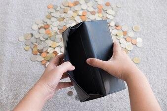 Portefeuille sans argent et fond de pièce