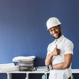 Portrait d'un architecte montrant le pouce en haut signe