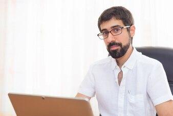 Portrait d'un beau gars hipster travaillant au bureau