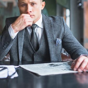 Portrait d'un homme d'affaires en regardant la caméra
