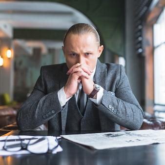 Portrait d'un homme d'affaires sérieux dans un café