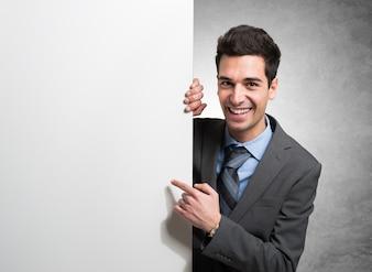 Portrait d'un homme d'affaires souriant tenant un tableau blanc