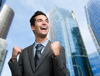 Portrait d'un homme d'affaires très heureux