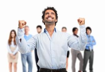 Portrait d'un homme très heureux devant un groupe de personnes