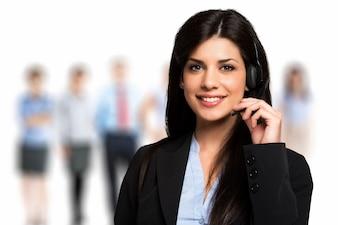 Portrait d'un représentant du client souriant au travail