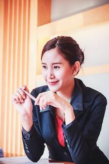 Portrait d'une femme d'affaires attrayant au bureau