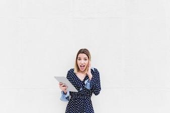 Portrait d'une jeune femme tenant une tablette numérique