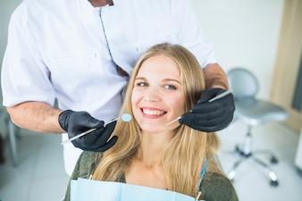 Portrait d'une patiente souriante lors d'un examen oral