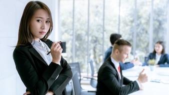 Portrait de femme jeune chef d'entreprise asiatique chef d'équipe au bureau de l'entreprise