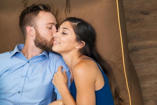 kiss femme avec homme hamme