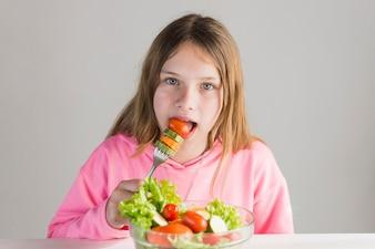 Portrait, girl, manger, sain, salade, fourchette