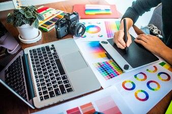 Professionnelles asiatiques travaillant avec des échantillons de couleurs pour la sélection.