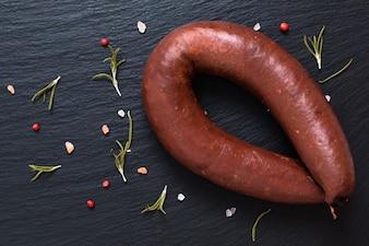 Pudding au sang brut saucisses noires sur pierre d'ardoise noire