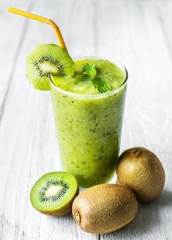 Recette d'été de smoothie kiwi sain