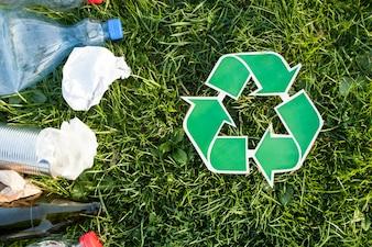 Recycler le fond avec le signe de recyclage et les ordures