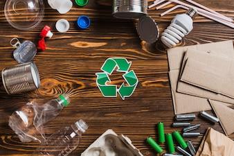 Recycler les éléments sur un fond texturé en bois marron