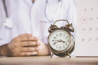 Rendez-vous chez le médecin avec réveil et calendrier