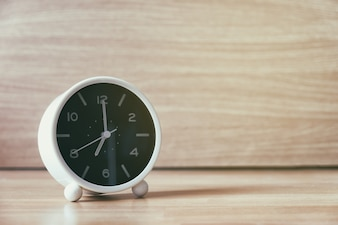 Réveil rétro avec huit heures. Photo filtre de style vintage.