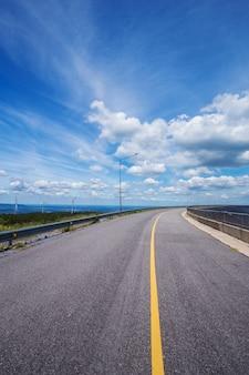 Route asphaltée avec un ciel bleu