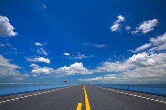 Route droite et vide avec un ciel bleu