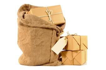 Sac postal avec des paquets emballés
