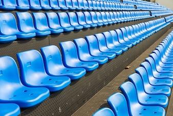 Sièges bleus sur la tribune