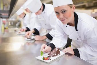 Souriant chef en levant de dessert