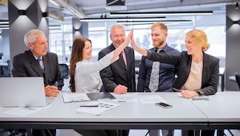 Sourire deux jeunes femmes se donnant un high five au bureau