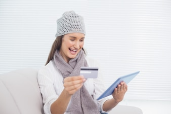 Sourire jolie brune avec chapeau d'hiver sur l'achat en ligne