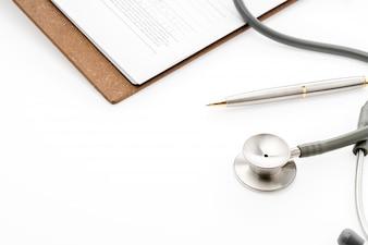 Stéthoscope avec le stylo sur l'information des patients