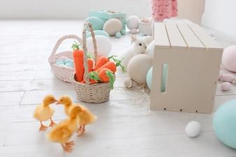 Studio décoré de Pâques avec canetons, carottes et gros œufs peints.