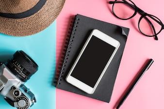 Style de mode plat avec caméra, téléphone intelligent, carnet et chapeau